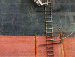 Schiffswand mit Leiter