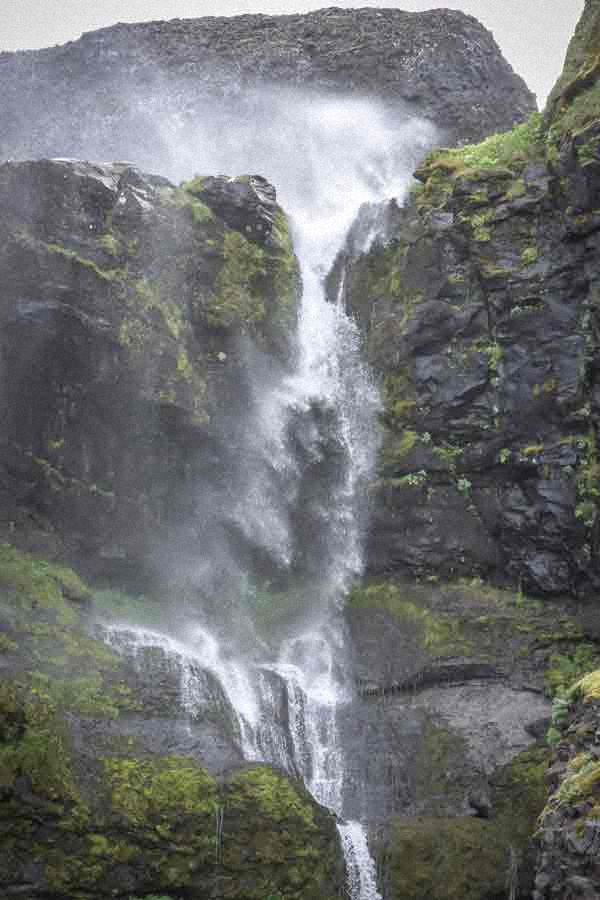 Island - Wasserfall im Sturm
